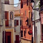 Een smal mediterraans straatje, La Nucia