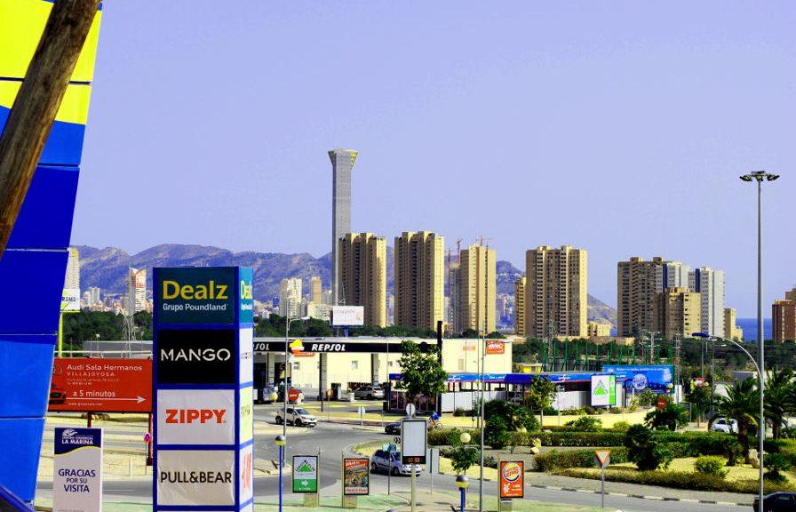 wegen, reclameborden, wolkenkrabbers van Benidorm, bij het winkelcentrum van Finestrat
