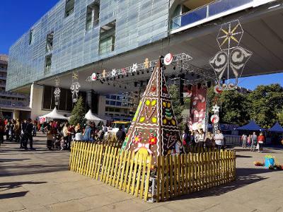 Hoog gebouw, kerstversiering, Benidorm, kerst in Spanje