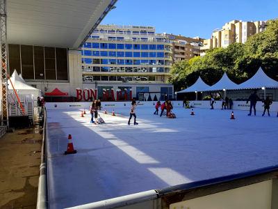 kunstijsbaan, schaatsende kinderen, Benidorm, wolkenkrabbers, kerst in Spanje