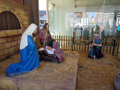 Kerststal, Maria met blauwe jurk, kindje in de kribbe, stro, kerst in Spanje