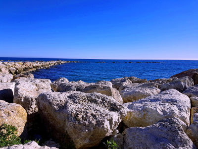 Blauwe lucht, blauwe zee, rotsen, een zonnig Nieuwjaar