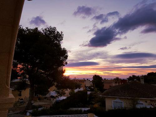 Winter in Spanje, uitzicht, blauwe, gele, roze lucht, huizen