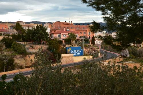 huizen, dorpje, La Nucia, weg, groene struiken