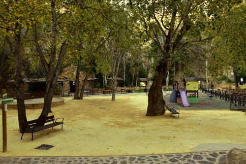 bankjes, speeltuin met glijbaan, bomen