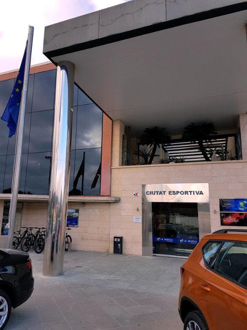 Ingang, sportcentrum, palen, auto's op voorgrond, Europese vlag, sport, La Nucia