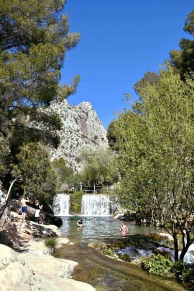 watervallen, les Fonts d' Algar, groene bomen, blauwe lucht, stromend water