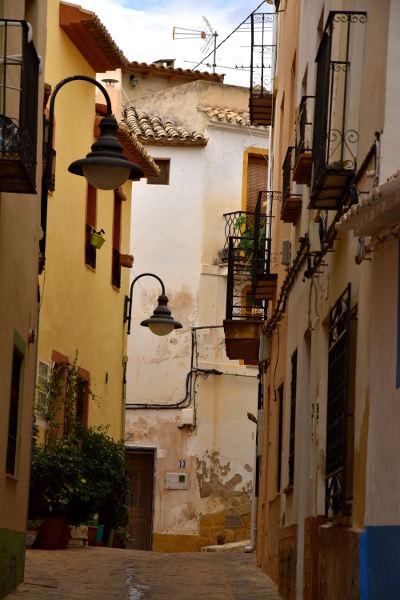 smal straatje, gekleurde huizen, plantenbakken, Finestrat