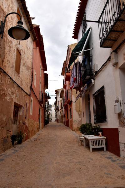 smalle straat, huizen, plantenbakken, Finestrat, grijs, bewolkt