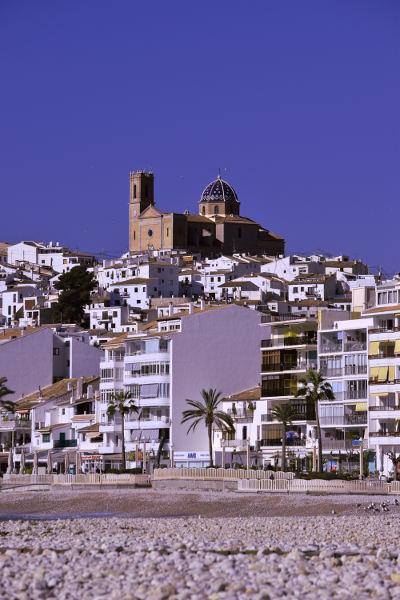 kerkje vanaf strand, blauwe koepel, blauwe lucht, Spanje, Costa Blanca