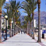 boulevard, langs de kust van Albir, palmbomenm mensen, strand, bergen