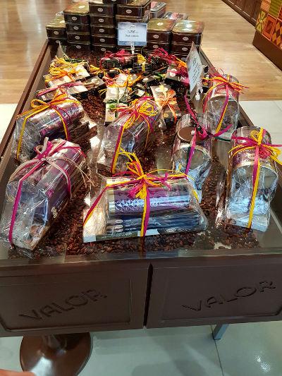 een kraam met chocolade repen van Valor in Villajoyosa,