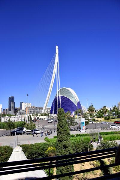 uitzicht vanaf El Salar op het moderne Valencia, blauwe lucht