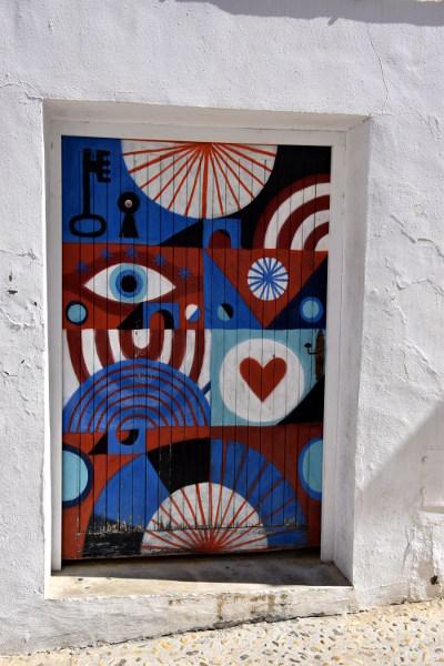 deur met kunst, kleuren rood, zwart, blauw wit,