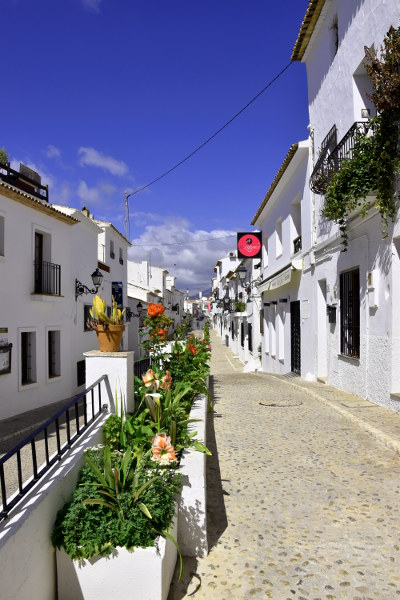 Mediterraan straatje, witte huisjes