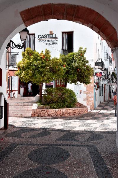 Oude straat met sinaasappelboom
