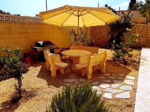 Mediterrane tuin, parasol, bougainvillea