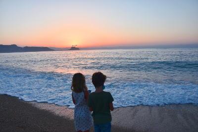 nieuw normaal met kinderen, strand in de ochtend