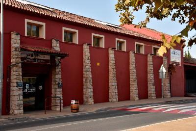 rode muur, winkel, blauwe lucht