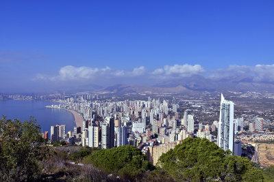 Uitzicht op Benidorm vanaf La Cruz, blauwe lucht, zee en flats