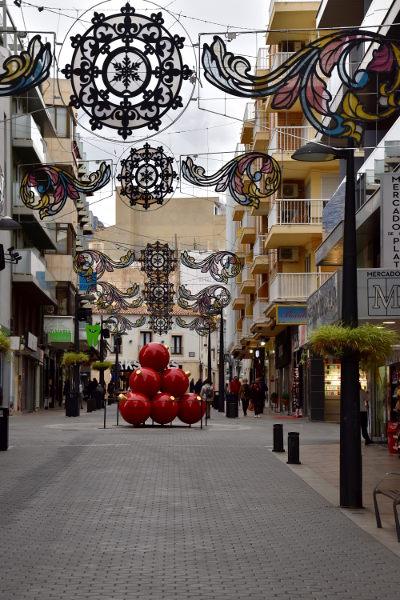 kerst, december Benidorm. winkelstraat, grote rode kerstballen