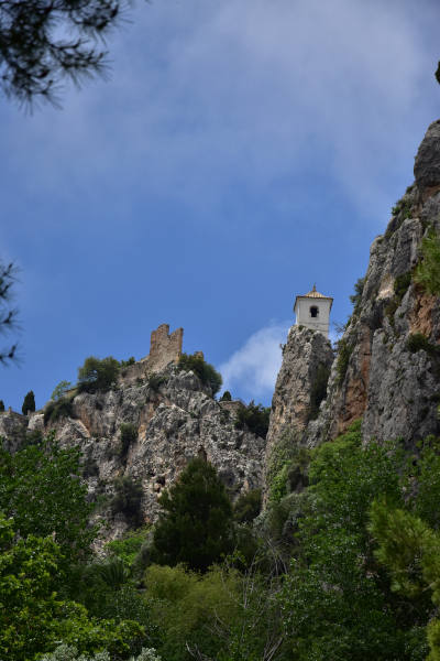 rots, kasteel, bomen, blauwe lucht