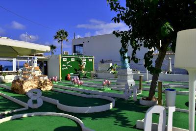 mini golfbaan, blauwe lucht, dagje uit